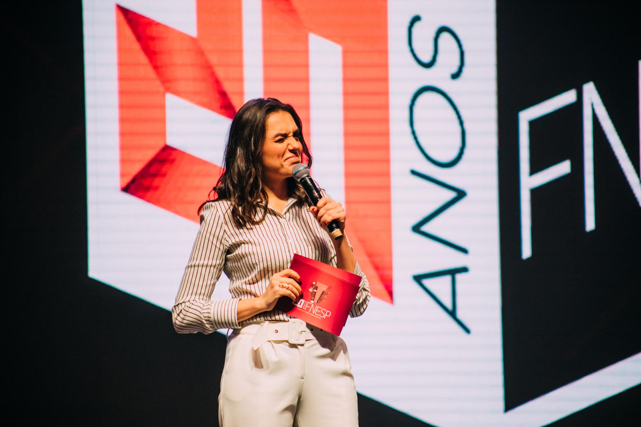 Mônica Iozzi durante painel no FNESP